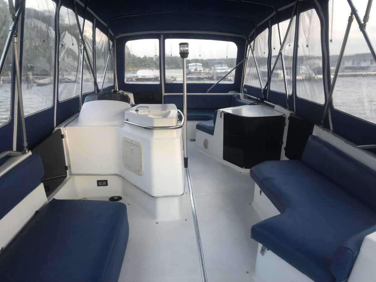 Bayliner Boot von Boat4All Berlin Innenansicht mit geschlossenem Verdeck