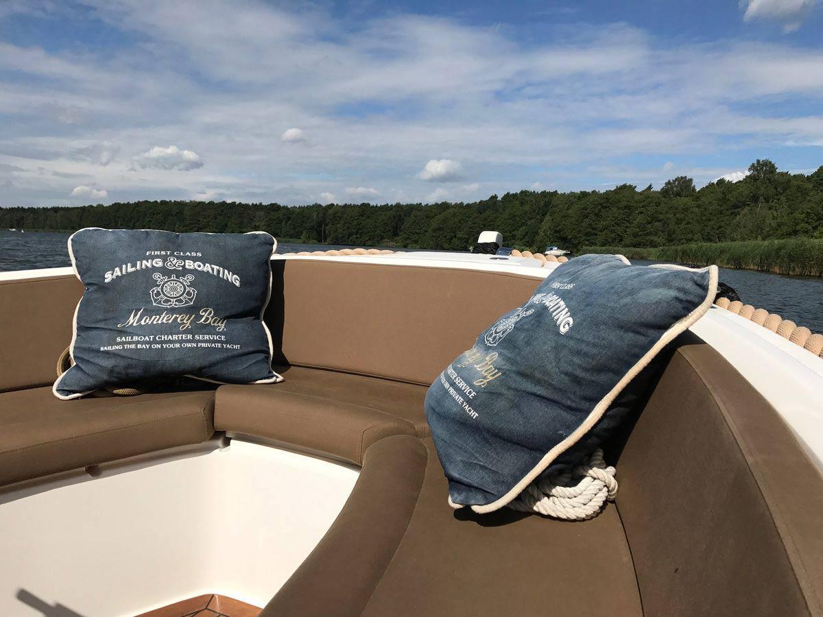 Lifestyle650 Boot von Boat4All Berlin Innenansicht mit Blick über den Bug