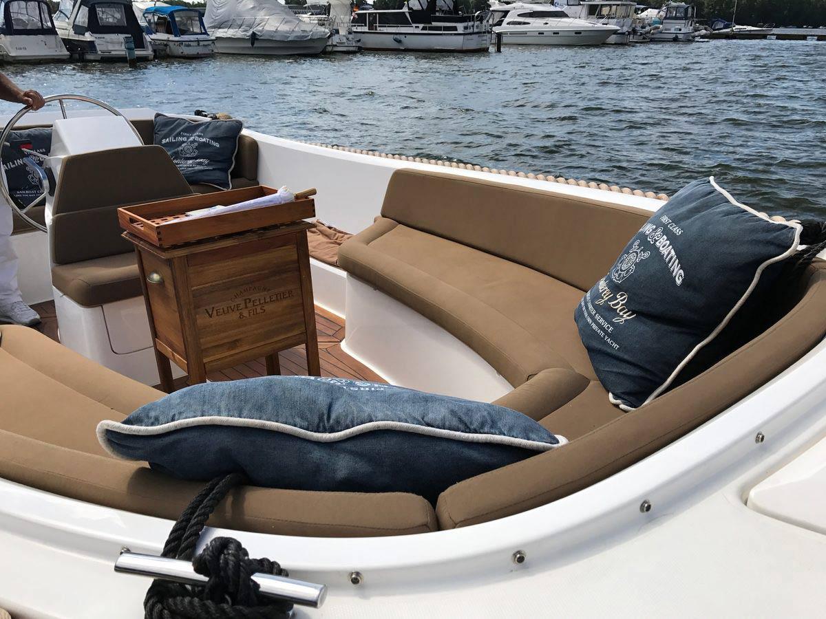 Lifestyle650 Boot von Boat4All Berlin Innenansicht mit Dekorationen