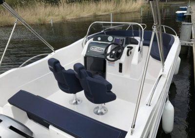 Sloep475 XL Boot von Boat4All Berlin Innenansicht auf Fahrerkabine