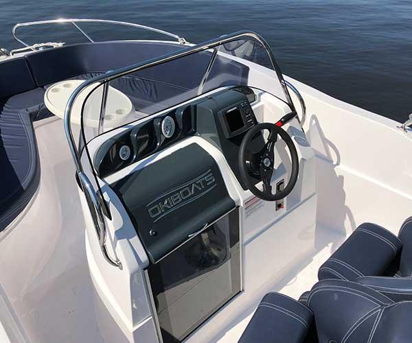 Barracuda Boot von Boat4All Berlin Fahrerkabine