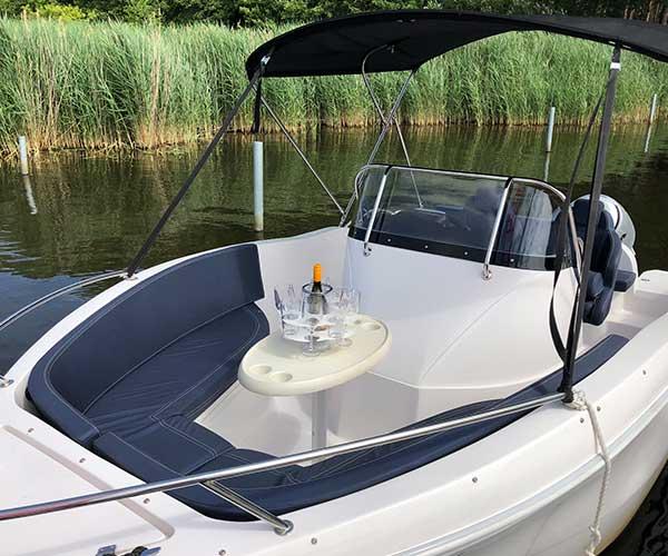 Barracuda Boot von Boat4All Berlin Innenansicht mit gedecktem Tisch