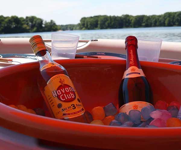 BBQ Donut Boot von Boat4All Berlin mit gekühlten Getränken auf dem Tisch