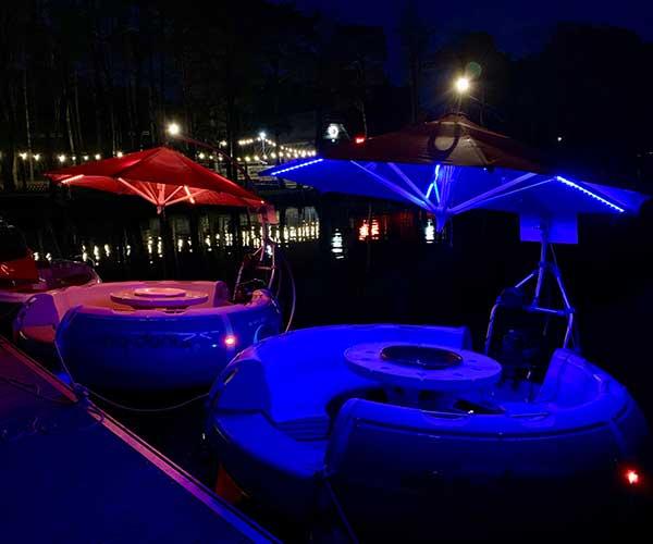 BBQ Donut Boot von Boat4All Berlin bei Nacht mit Beleuchtung