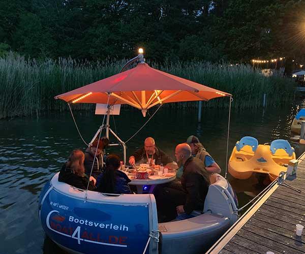 BBQ Donut von Boat4All Berlin Seitenansicht mit feiernden Gästen