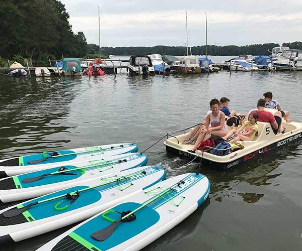 Colano5 Boot von Boat4All Berlin mit Stand Up Paddling Boards im Schlepptau