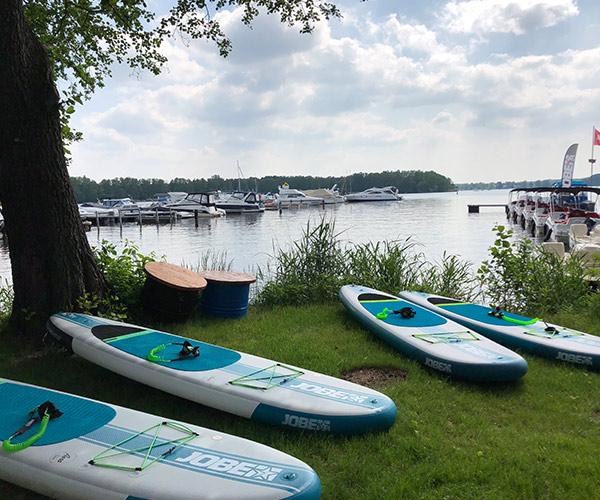 Uferblick auf Krossinsee Berlin mit Stand Up Paddling Boards von Boat4All Berlin